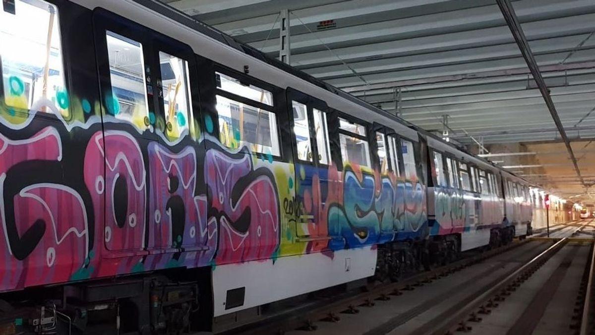 Pintadas en vagones de Metro de Madrid, esta vez en Alcalá de Henares