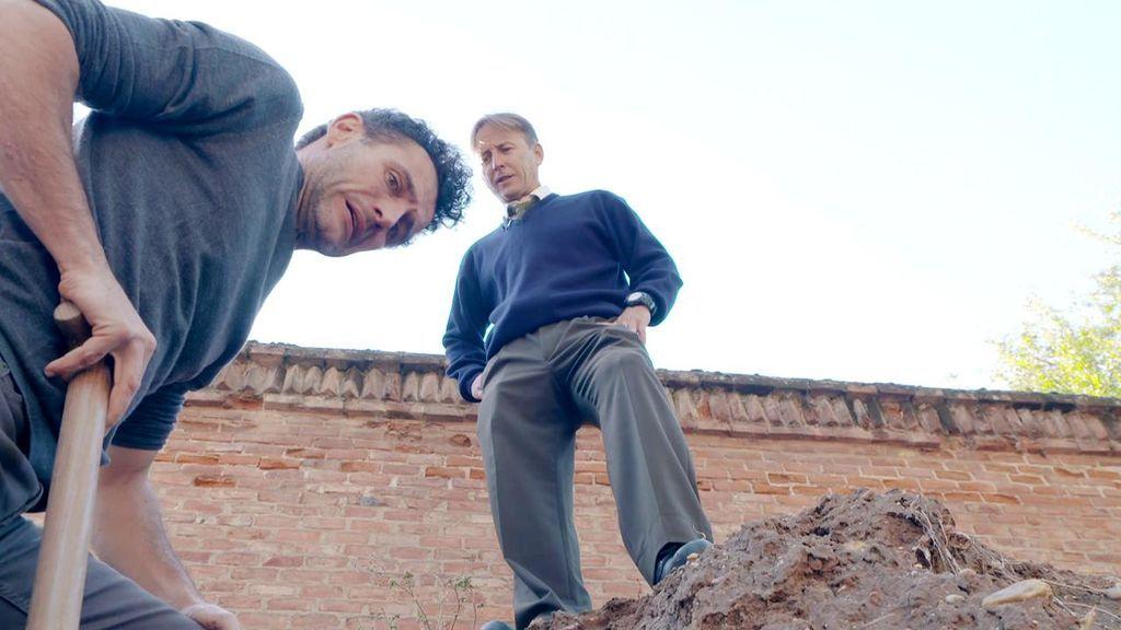 Miguel Rabaneda se mete en la piel de un enterrador por un día… y acaba en una tumba a tres metros bajo tierra