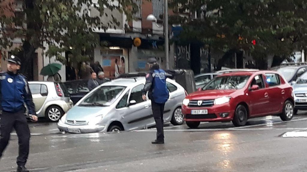 Un nuevo socavón en el barrio madrileño de la Elipa deja atrapado a un conductor