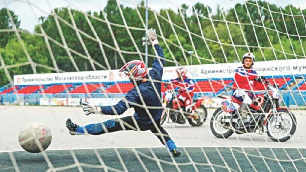 El 'motoball', el deporte que arrasa en Reino Unido y que une fútbol con motor