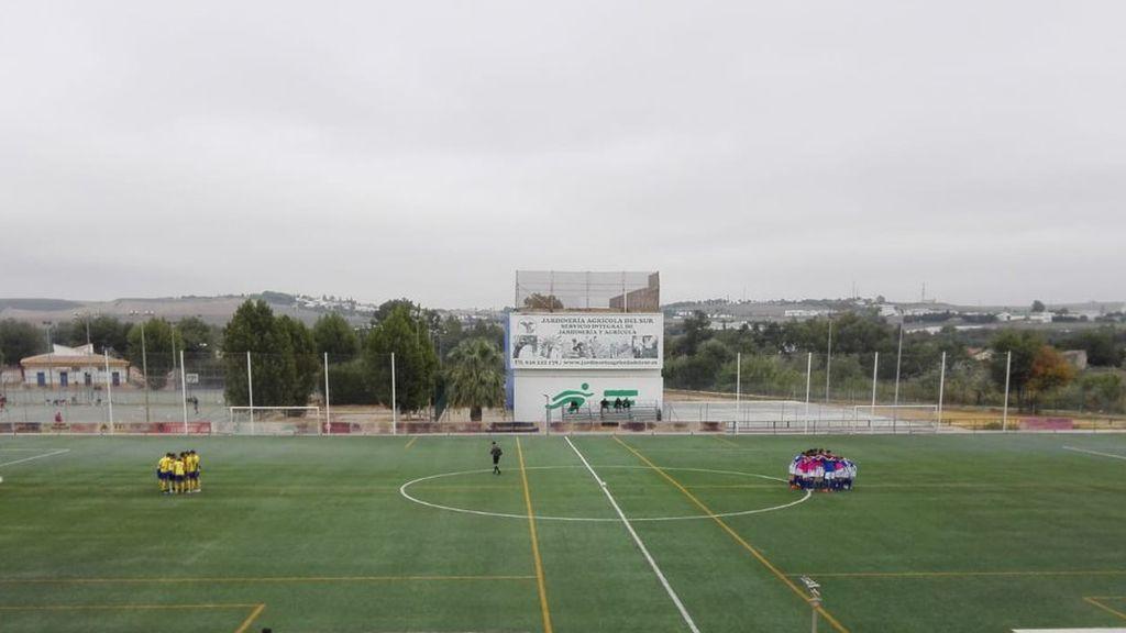 Tres jugadores se ven obligados a abandonar el campo unos minutos y el entrenador del equipo rival toma una decisión que sorprende a todos