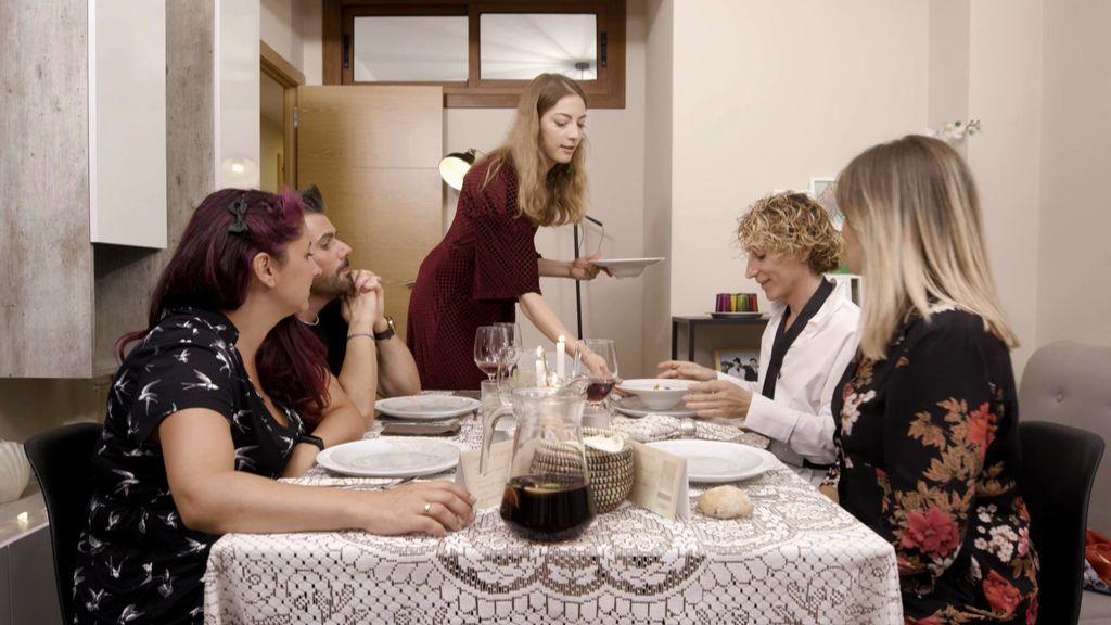 Cris triunfa con un arriesgado menú y un secreto descubierto a pesar de que algunos invitados no catan sus platos