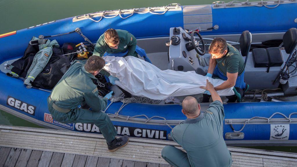 Se elevan a cinco los inmigrantes muertos al chocar su barco contra las rocas de la playa en Cádiz