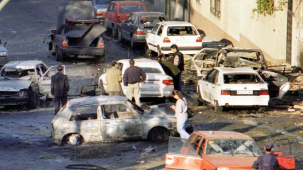 Así quedó el coche de Aznar en el atentado de ETA en 1995
