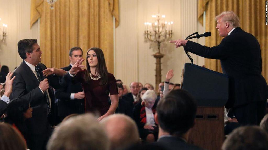 El periodista de la CNN, Jim Acosta, la trabajadora de la Casa Blanca encargada de quitarle el micrófono y Donald Trump, presidente de Estados Unidos.
