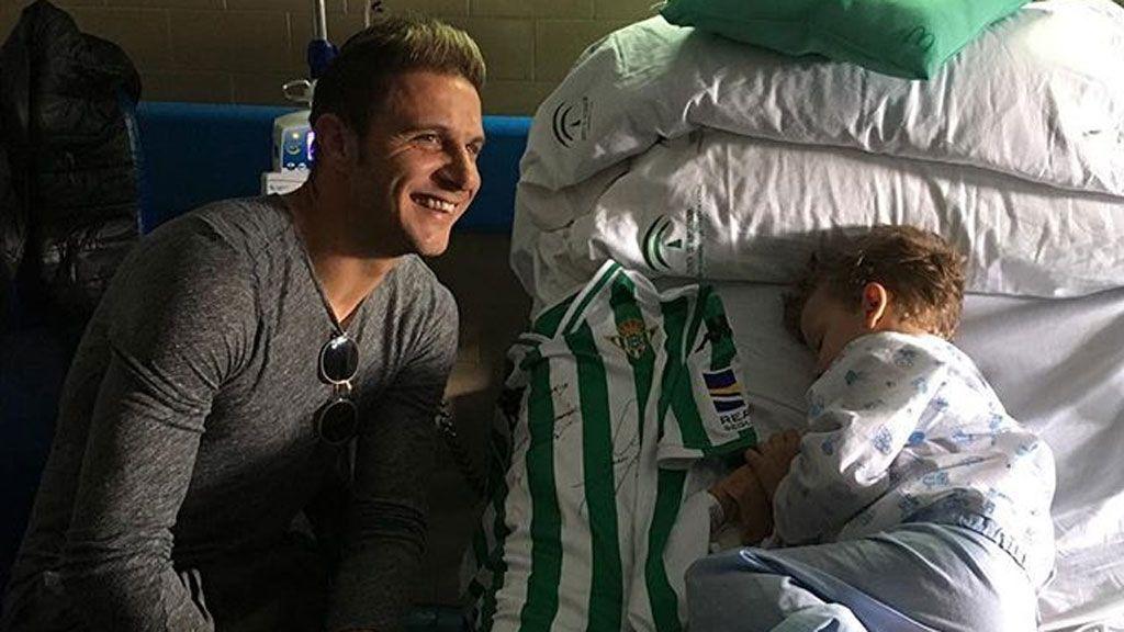 Joaquín le regala a un niño de 12 años con leucemia la camiseta con la que marcó el gol de la victoria ante el Sevilla