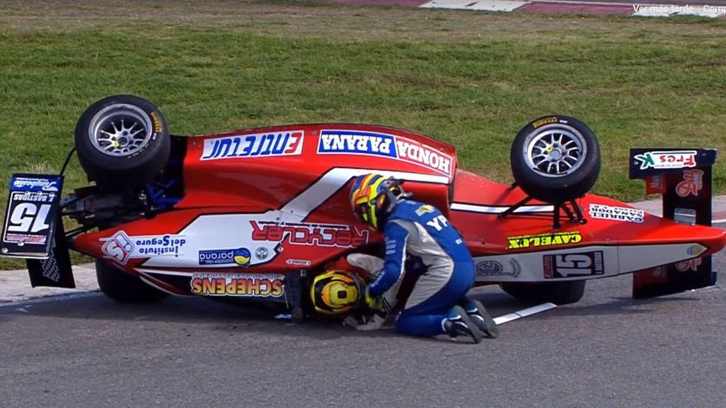 Un piloto de 18 años abandona una carrera para ayudar a su máximo rival, que había sufrido un accidente