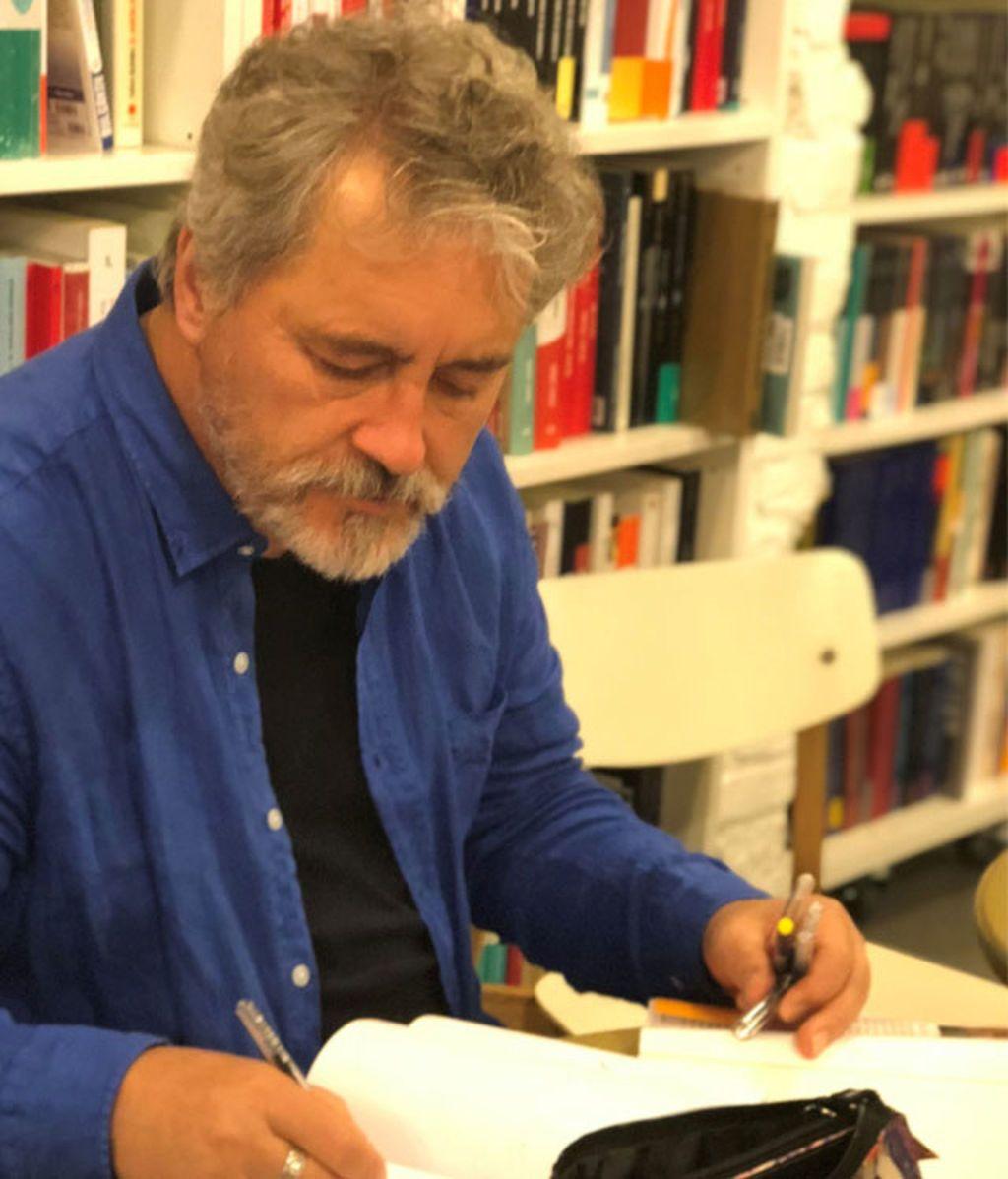 Manuel Rivas escribiendo