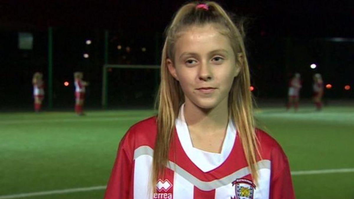 """Una niña de 13 años, discriminada por jugar al fútbol: """"Mis profesores me dicen que no juegue a fútbol porque es un deporte de chicos"""""""