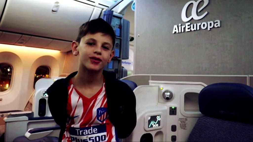Manu, el niño de nueve años cuya historia emocionó a Griezmann, cumple su sueño de ver al Atleti en el Metropolitano