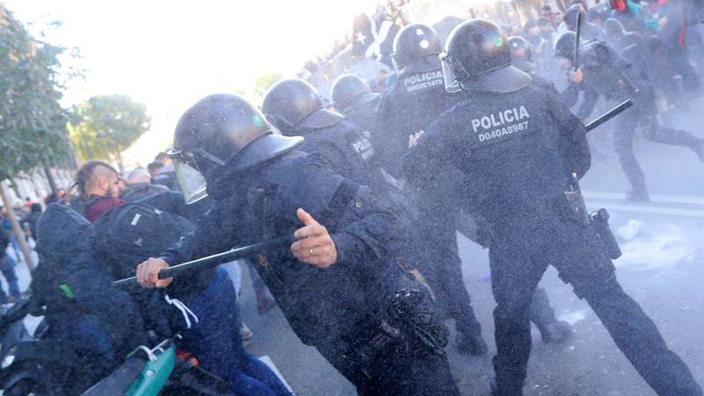 Los Mossos cargan contra los CDR cuando han intentado acceder a la manifestación de Jusapol
