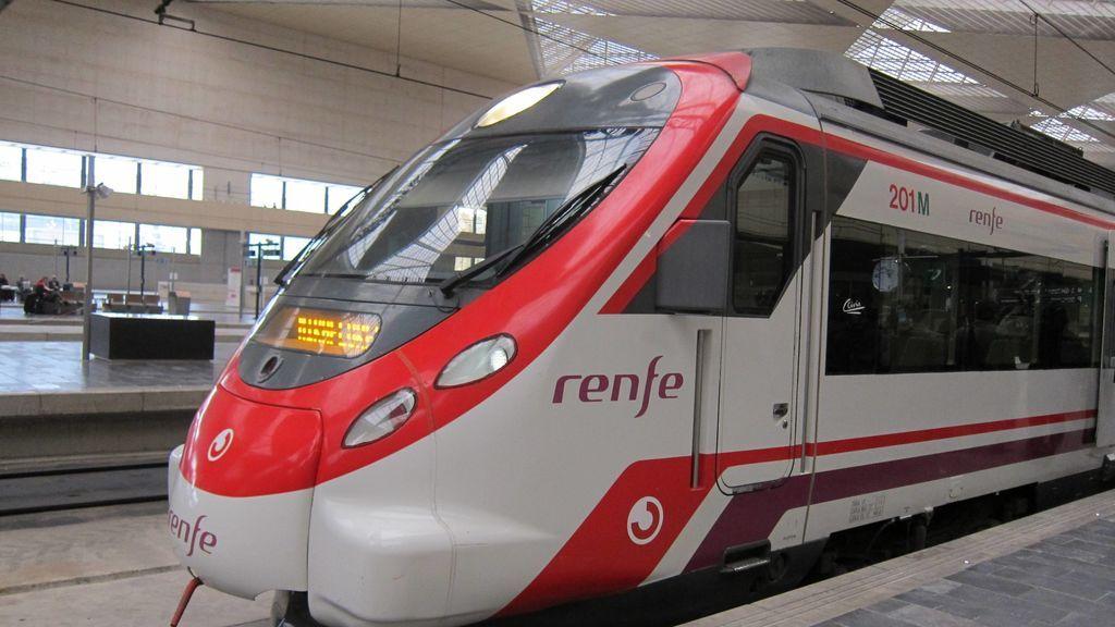 La ola de grafitis continúa con los Cercanías de Madrid: paran un tren entre Villalba y Galapagar
