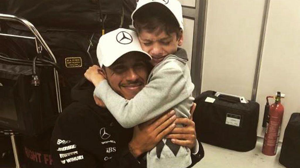"""El tierno gesto de Lewis Hamilton con un niño con parálisis cerebral: """"Creo que nadie me ha abrazado tan fuerte"""""""