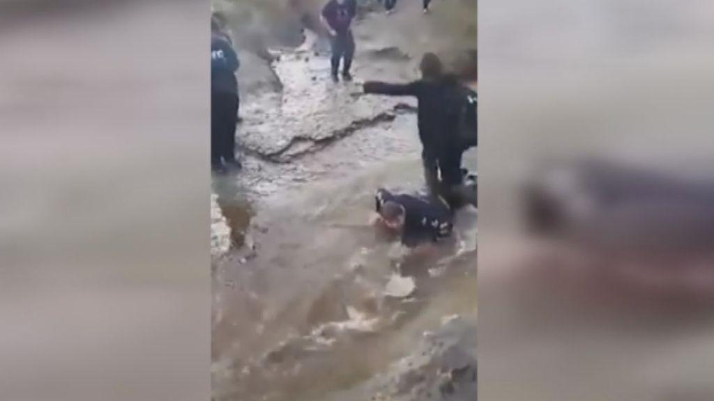 Obligan a un niño con parálisis cerebral a hacer de puente humano en un arroyo
