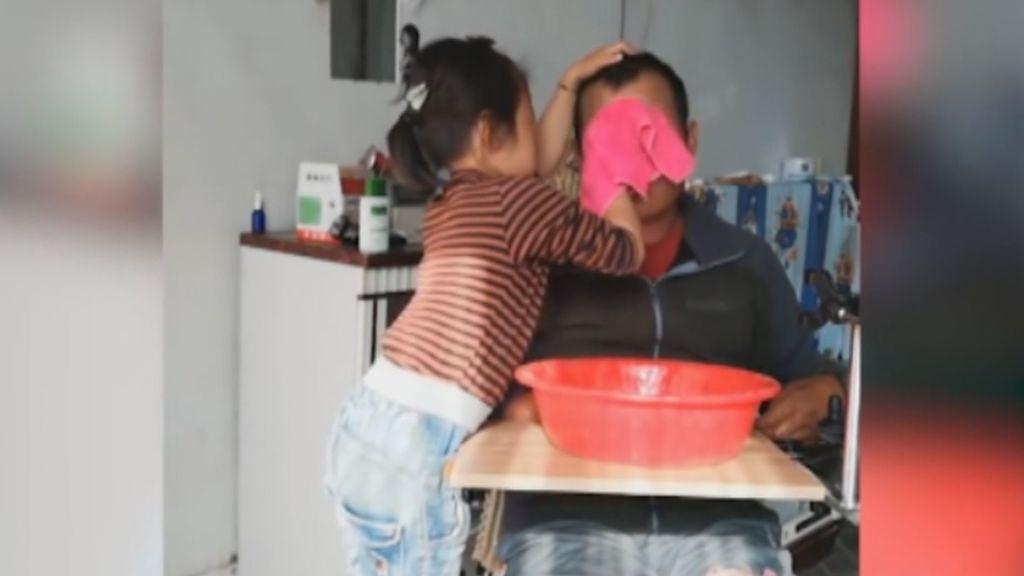 Los usuarios se rinden ante el vídeo de la niña que cuida de su padre parapléjico