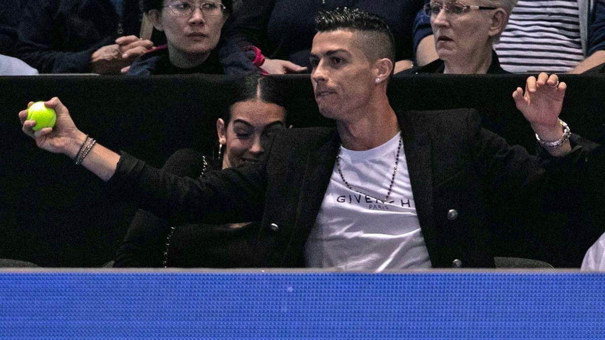 El 'paradón' de Cristiano para evitar un pelotazo a Georgina en el partido de tenis entre Djokovic e Isner