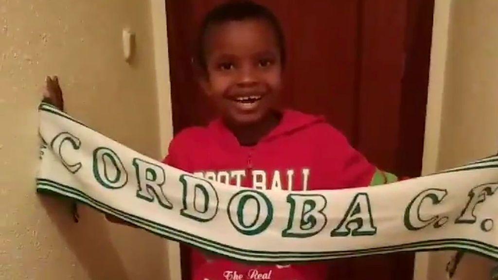 Mohamed no sabe hablar español y nunca había visto un partido de fútbol, pero ya canta el himno del Córdoba