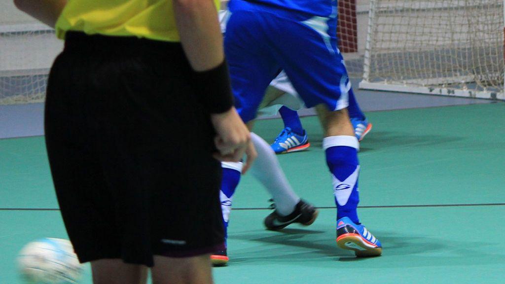 Un jugador de categoría juvenil agrede al árbitro dándole una patada y su club le expulsa de forma inmediata y pide una sanción ejemplar