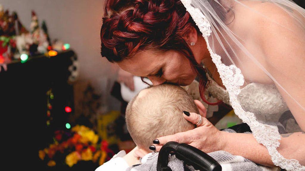 Un niño de 12 años con una enfermedad mortal cumple su sueño de llevar a su madre al altar