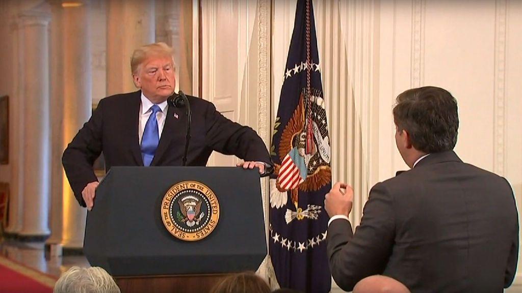 Donald Trump y Jim Acosta, en el momento del enfrentamiento entre ambos.