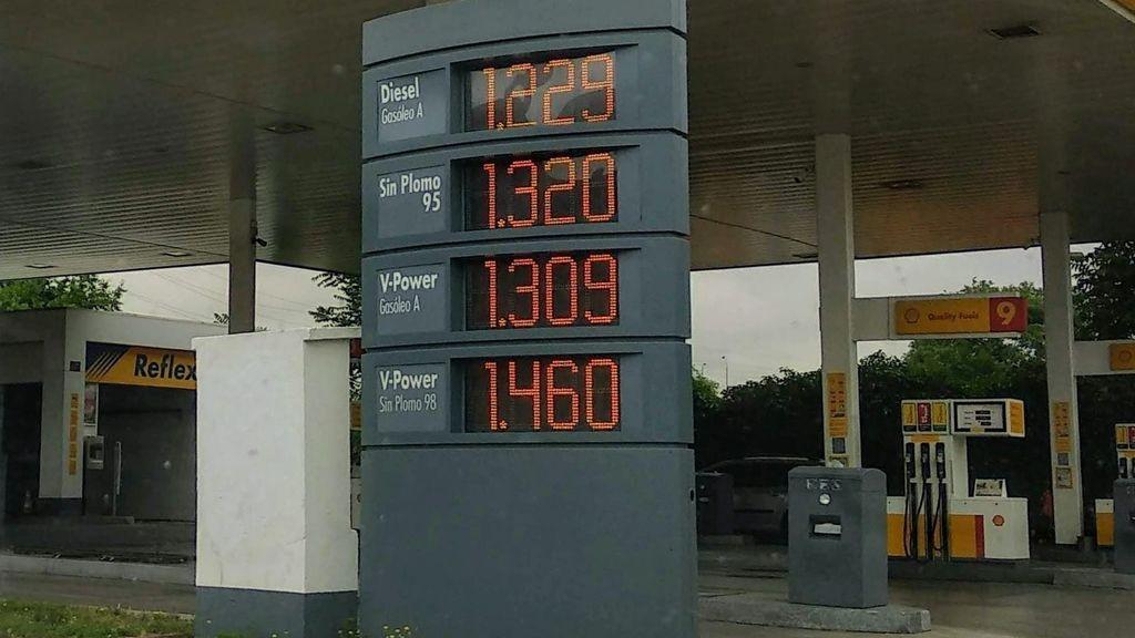 En plena polémica por los coches eléctricos, la gasolina se abarata