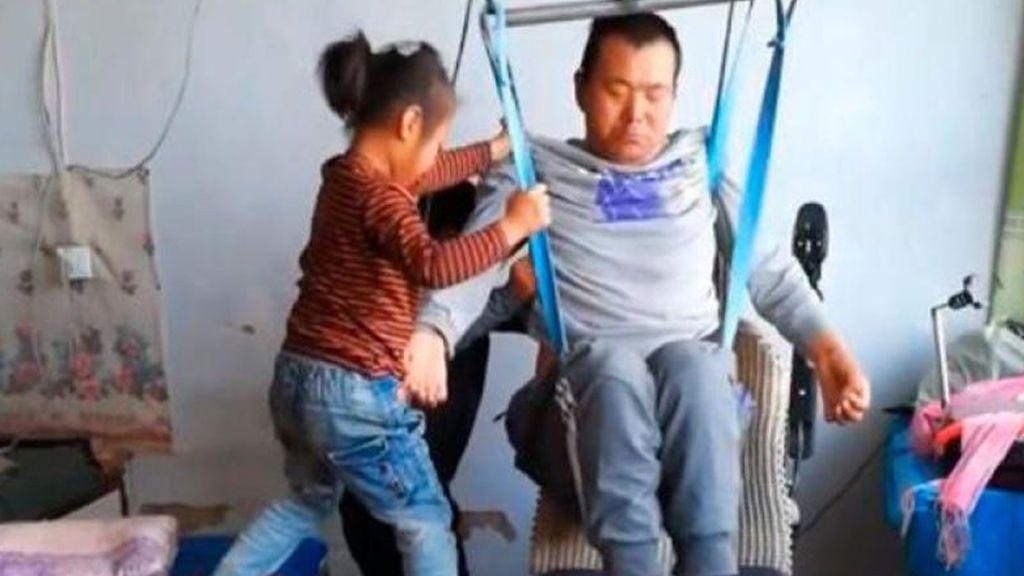 Una heroína de 6 años: cuida de su padre con paraplejia tras el abandono de su madre
