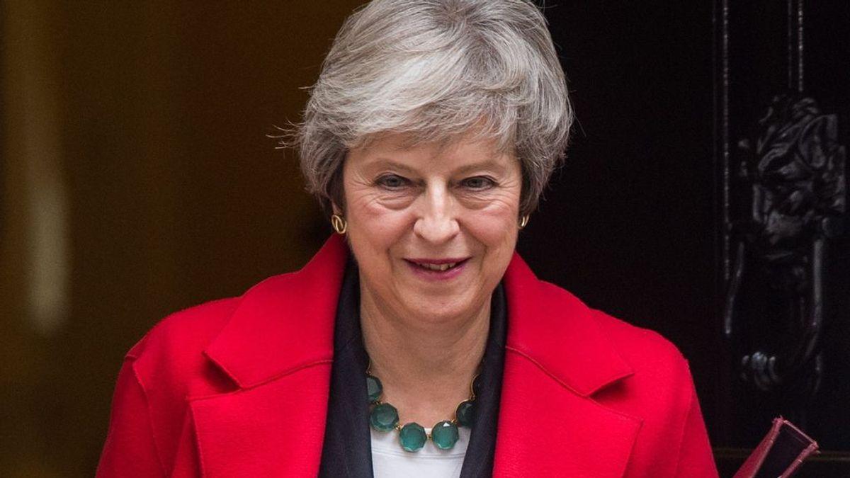 Theresa May no dimite, pero el cerco sobre su persona no cesa