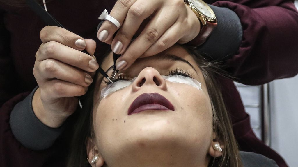 Perdió la vista por ponerse pestañas postizas: los peligros de esta nueva moda