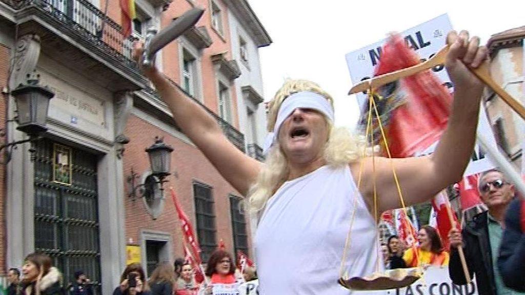 Miles de funcionarios salen a la calle en la primera huelga general de Justicia