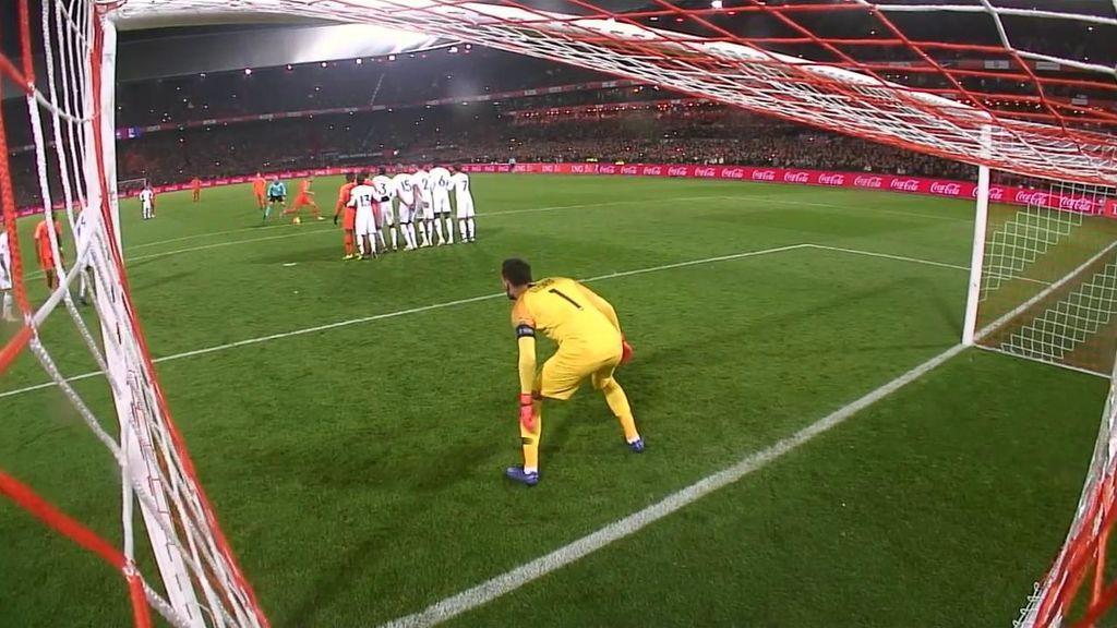 Lloris evita el segundo de Holanda con un paradón en una falta a Depay