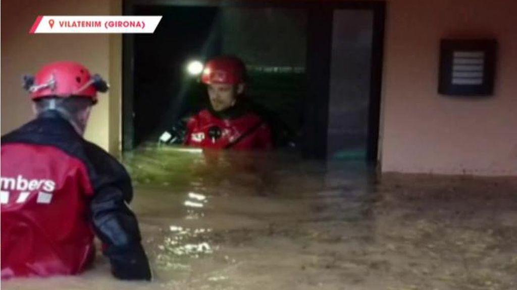 Imágenes sobrecogedoras de un río desbordado en Vilatenim (Girona), provocando inundaciones y desalojos