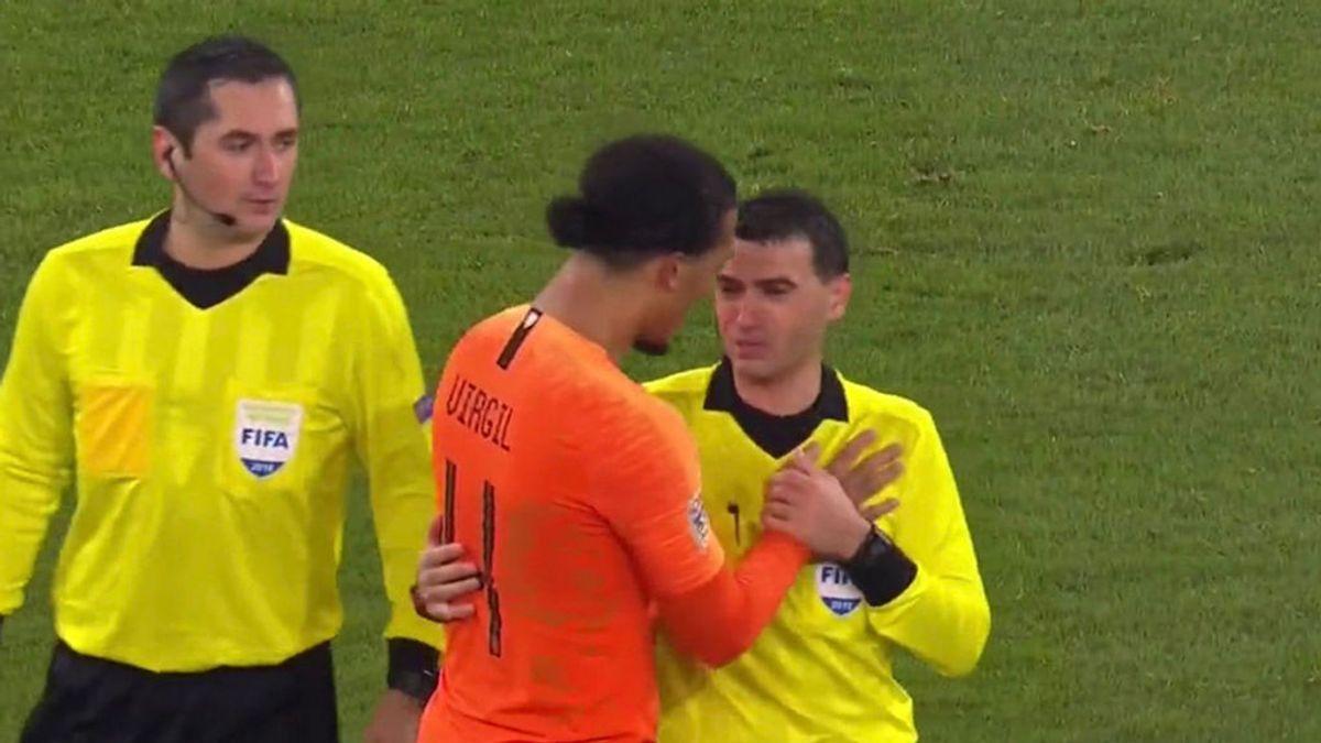 Van Dijk, futbolista de Holanda, abrazó al árbitro al final del partido para consolarle por la muerte de su madre