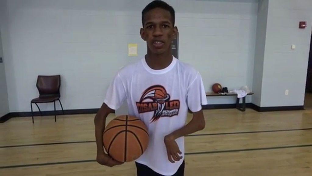 Sufre una enfermedad rara que afecta a sus articulaciones, pero no falla ni una canasta jugando a baloncesto