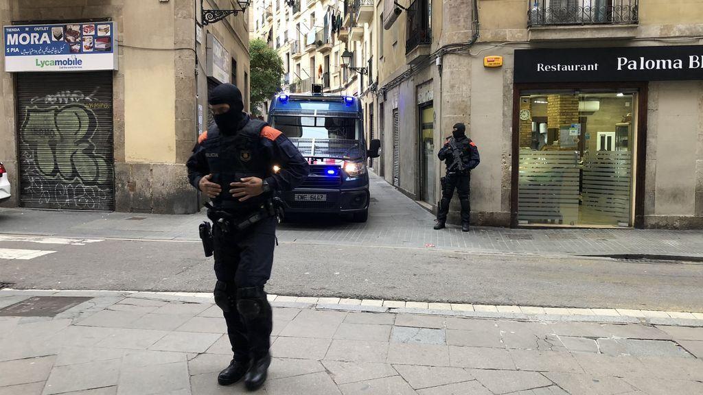 Un menor herido por arma blanca en una pelea multitudinaria en el Raval (Barcelona)