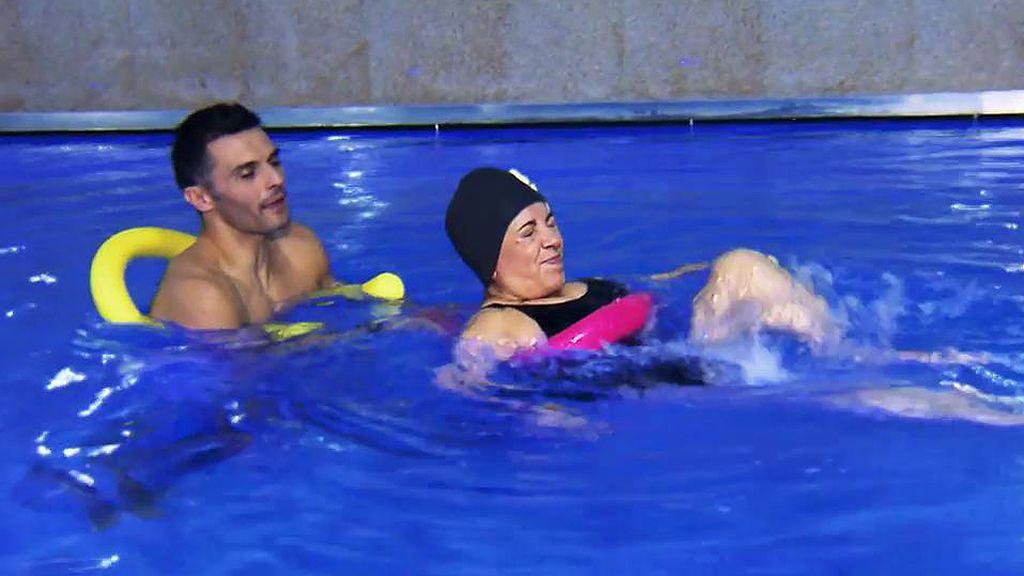 Carmen se pone en bañador, gorro y se lanza a la piscina en su 'Desafío Borrego'