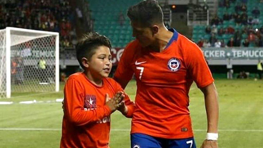 Salta al césped y se cae golpeándose la cabeza, pero cumple su sueño gracias a Alexis Sánchez