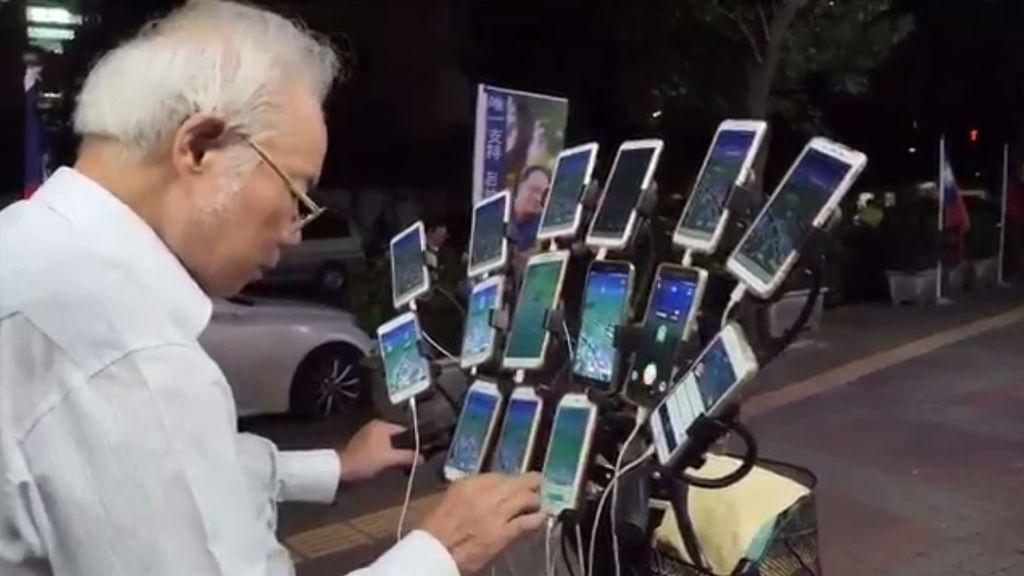 Una bicicleta, 15 móviles y 70 años: el 'Abuelo Pokemon' que recorre las calles de Taiwan jugando a 'Pokemon Go'