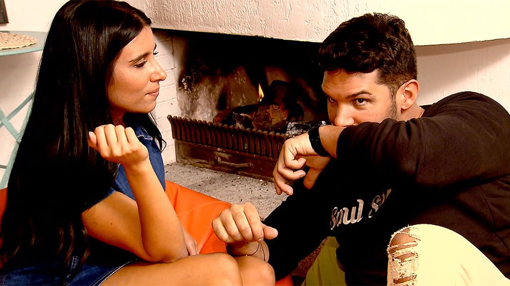 Cita Santana y Alba: la pretendienta le seduce con sus perfumes