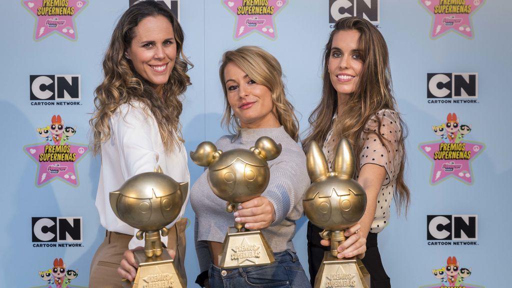 Amaya Valdemoro, Lydia Valentín y Ona Carbonell, con el premio 'Supernenas' de Cartoon Network.