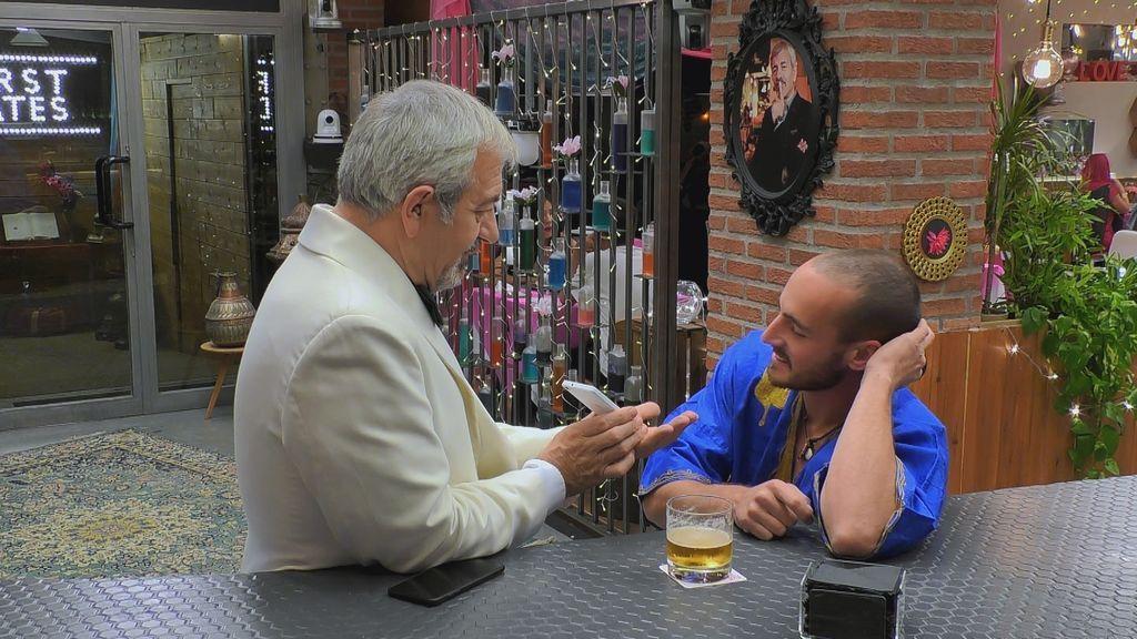 Carlos Sobera, Sultán del amor, con uno de los solteros de 'First dates moonlight club'.