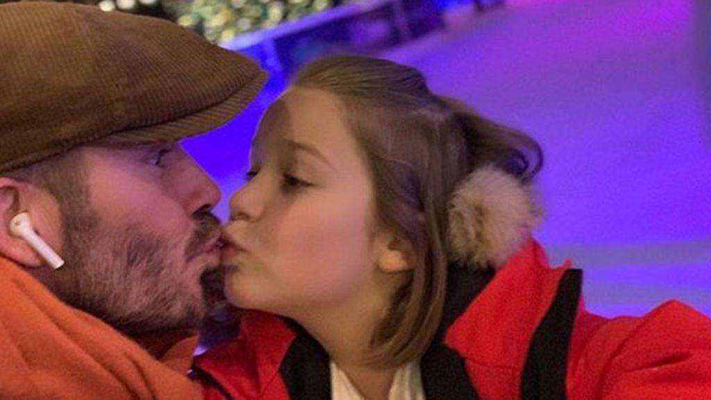 Duras críticas a David Beckham por publicar una foto besando en los labios a su hija de 7 años