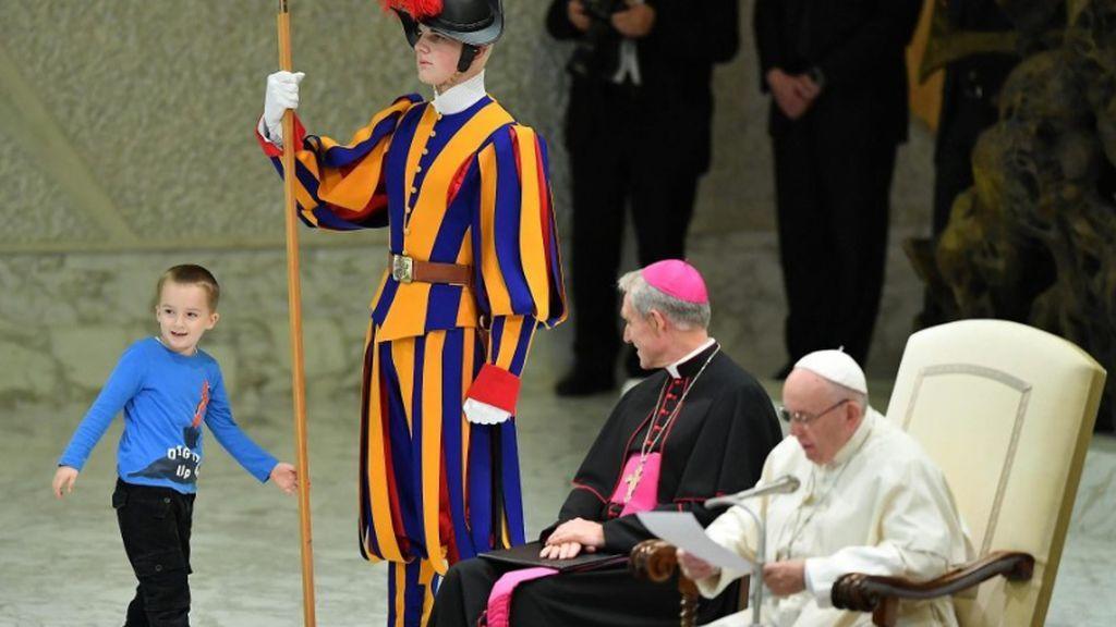 El niño autista de siete años que deslumbró al Papa