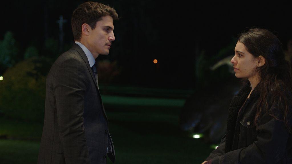 Mario (Álex González) y Lara (Claudia Traisac), en el capítulo 11 de 'Vivir sin permiso'.