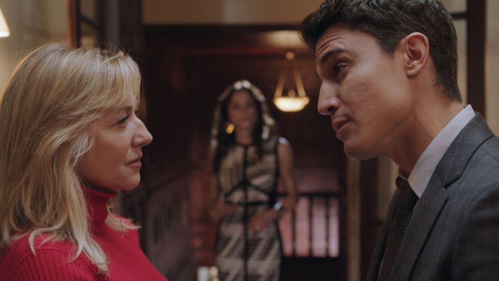 Chon (Pilar Castro) y Marip (Álex Gonzáles) en el capítulo 11 de 'Vivir sin permiso'.