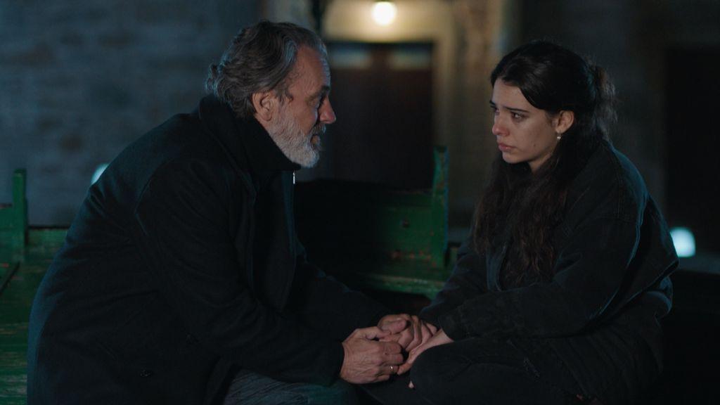 Nemo (Jose Coronado) y Lara (Claudia Traisac), en el capítulo 11 de 'Vivir sin permiso'.