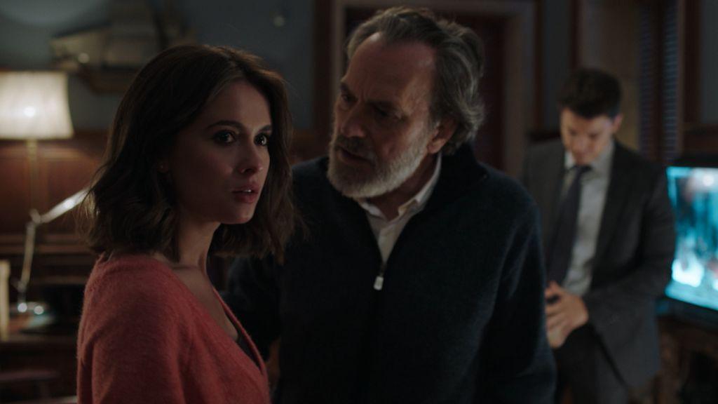 Nina (Giulia Charm) y Nemo (Jose Coronado) en el capítulo 11 de 'Vivir sin permiso'.