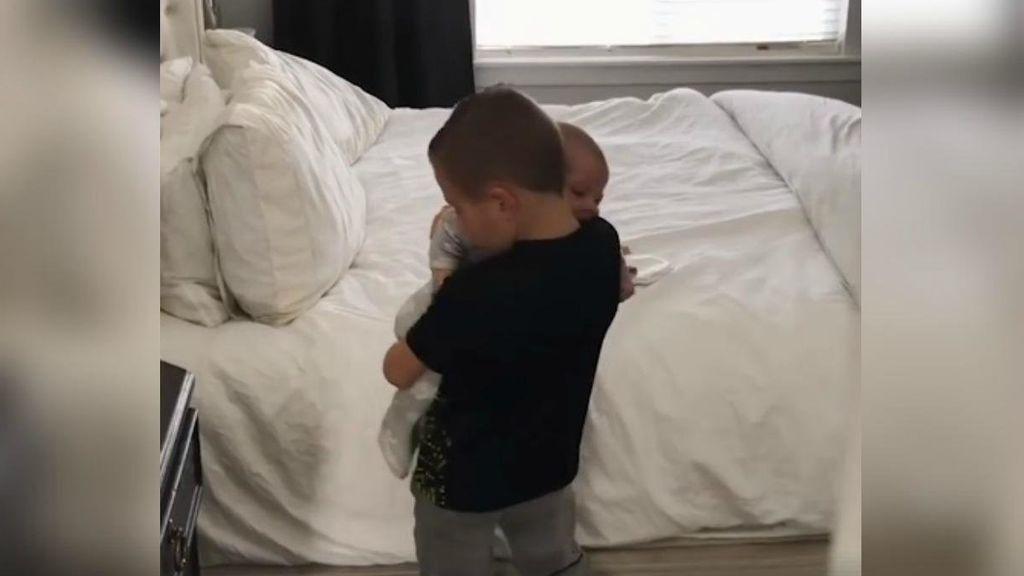 Descubre la reacción de este niño al ver cómo su hermana llora