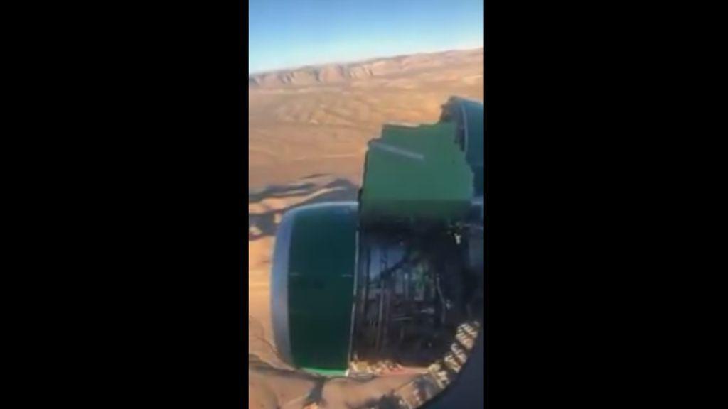 Pasajeros atemorizados graban cómo se rompe uno de los motores de su avión