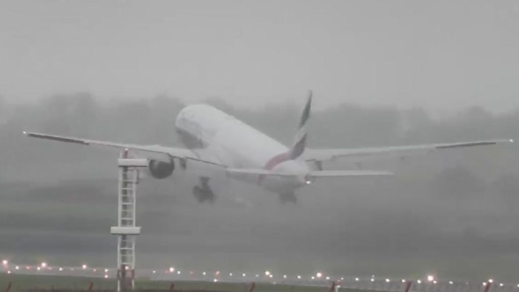 Los problemas de un Boeing para aterrizar en medio de fuertes vientos en Reino Unido