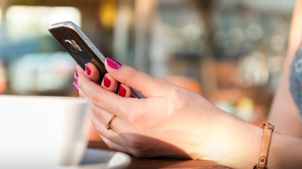 Una investigación revela que el móvil tiene siete veces más bacterias que el inodoro